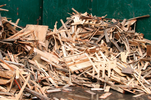 分別解体された木くずをシュレッダーへ投入